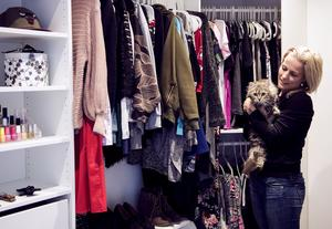 Linnea älskar sin walk-in-closet och här gömmer sig den skygga hittekatten Rut.