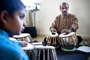 Tablamästaren Debasish Mukherjee från Kolkata undervisar tioårige Keyur Vithlani i hur man spelar på tablatrummor.