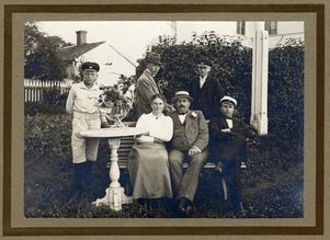 FÖRSTE STUDENTEN. Familjen Jansson har fått sin förste student, sonen Philip, Clarys far, examinerad från Gävle läroverk 1919. Foto från trädgården i Strömsbro.  Foto: Privat