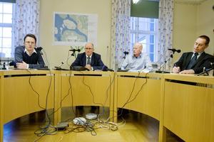 Kommunen matchade samma uppställning vid dagens presskonferens, från vänster va-chef Richard Johnsson, kommunchef Bengt Marsh, miljöchef Jari Hiltula och smittskyddsläkare Micael Widerström.