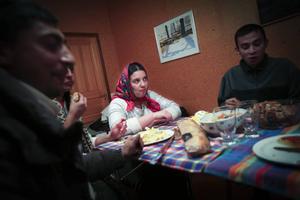 – Jag tänker på mina barn varje natt. Men jag måste vara här för att få ihop pengar, säger 25-åriga Maria som lämnat sin 2-årige son och 9-årige dotter hos farmor i Rumänien när hon rest till Östersund för att tigga.