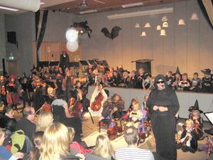 RYSLIGT. Konferencieren Maria Nordgren skapade spökstämning tillsammans med Kulturskolans sång- och musikelever.