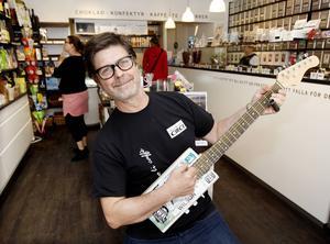 När lusten faller på tar Tommy Jonsson fram någon av sina cigarrlådegitarrer och spelar en låt för kunderna.