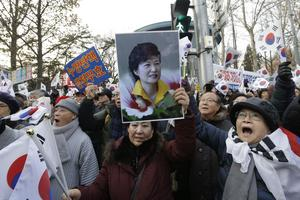 Supportrar till presidenten vid demonstrationer mot hennes avsättande. Bilden är tagen i december.
