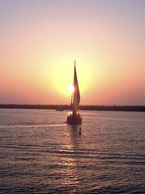 En segelbåt vid solnedgången längs med Highway 1.   Foto: Emeli Emanuelson