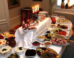 Snart dukas julborden upp både på restauranger och hemma. Men det gäller att hantera maten rätt så att den inte gör dig sjuk.