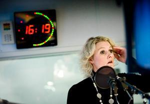 Lena Baastad i radiostudion på SR Örebro strax efter att hon har fått beskedet från valnämnden att det blir omval.