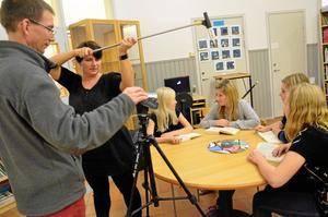 Tystnad, tagning! Lennart Hessel och Jenny Liljeberg bildar filmteam inför skådespelarna Emelina Fransson, Elsa Sandholm, Elin Sevon och Josefin Lundberg.