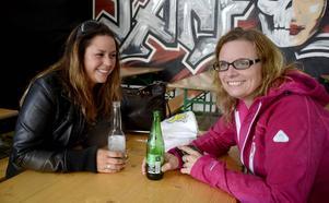 Malin Berg från Östersund och Anita Granbäck från Stockholm hade trevligt i ett av tälten på Krogstråket.