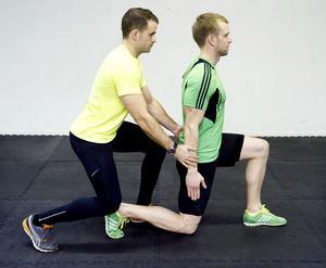 3. Utfall med fliesStå i låg utfallsposition, det vill säga med bakre knäet strax ovanför golvet. Ta ett steg fram samtidigt som du pressar ut armarna från sidan av kroppen. Din träningskompis står bakom och håller emot med lämplig belastning och drar sedan ner dig till utgångsläget.Du tränar: Ben, rumpa, axlar.