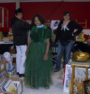 Finklädd. Kicki Kindtoft kom ända från Tierp för att kika på loppmarknaden i Hedemora. Hon fastnade för en grön festklänning - perfekt för skolavslutningen tycker Kicki.