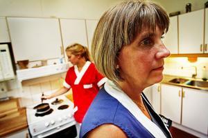 Det skulle krävas ombyggnationer i Granlundas kök för att nå de mål som miljökontoret ställer. Men det finns inte pengar till det menar Lena Nyström, chef för äldreboendet, och Veronica Österlund, anställd på Granlunda.