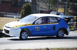 Mattias körde på två hjul i kurvorna i Strängnäs. Slutade tolva trots att den nybyggda Hyundaien var helt osorterad.