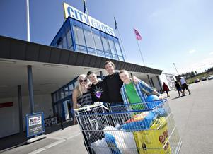 Johan Enström med sönerna David och Adam Grönkvist bor i Sandviken, men brukar handla på City Gross när de besöker Gävle. Den här gången följde även Liselott Genberg med.– Vi brukar köpa kött i storpack när vi åker hit eftersom det är billigare här än på andra ställen, säger Johan Enström.