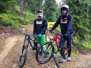 Marcus Lorentsson och Olle Keijser är ledguider i bikeparken. Som guide hjälper de till med allt från frågor om leder till hur du som nybörjare hanterar en downhillcykel.