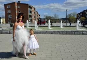 En brud med sin näbb. Milla Cederholm och dottern Tindra från Kulthyrmagazinet.