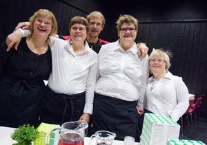 Serverade hembakt i pausen gjorde Ann-Marie Persson, Christin Berglund, Marie Hedberg och Jenny Karlsson tillsammans med Janne Olofsson från MICA-gruppen.