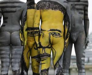 """Obama-art. Konstnären Dave skapade under sin performance """"The fusion journey"""" ett porträtt av Obama på fyra halvnakna kroppar."""