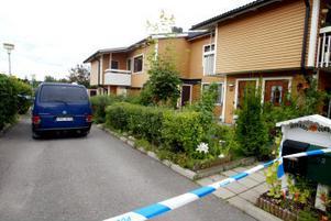 Den döda kvinnan hittades av bekanta vid 11-tiden på tisdagen. Tidpunkten för brottet är inte klarlagd, men en granne säger att hon hörde flera skrik redan vid 07.30 på morgonen.Andra grannar blev vittnen till hur 81-åringen greps. —Han höll en näsduk framför sitt ansikte och såg helt förstörd ut. Det är hemskt tragiskt, säger en av dem.