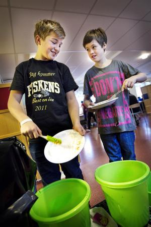 Klasserna på Skolbyn tävlar om vem som slänger minst mat varje vecka. Fredrik Nordenståhl, tolv år, och Noah Edh, elva år, gör rent sina tallrikar och låter resterna åka ner i de gröna hinkarna, vars innehålls sedan ska vägas.