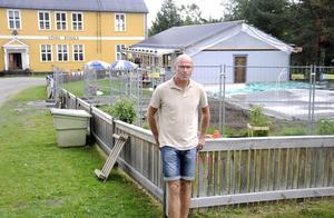 Förskolan i Kövra har blivit för liten. Nu byggs lokalerna ut för att få plats med alla barn som vill gå där. Rektorn Per-Olov Larsson ser fram emot utbyggnaden.