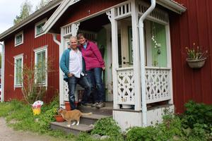 Gustav och Kerstin Nylén bor sedan 1993 i en varsamt renoverad gård vid vägs ände, högt ovanför byn och Revsundssjön.