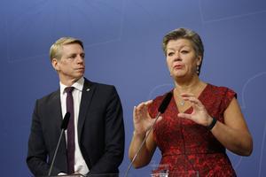 Finansmarknadsminister Per Bolund (MP) och arbetsmarknadsminister Ylva Johansson (S) presenterar en budgetnyhet om pengar som ska ge nyanlända en väg in på arbetsmarknaden.