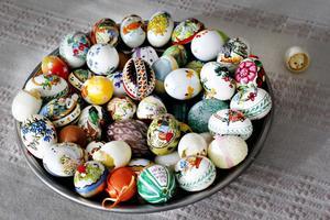 En samling ägg på ett större fat blir skönt för ögat.