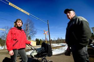 Banverket saknar pengar. Linda Strömbeck och Leif Dahlin konstaterar att Banverket inte har pengar för att lösa problemet. Det skulle kosta runt 1,5 miljoner att förse övergången med bommar.