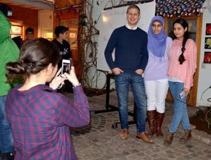 Miljöpartiets språkrör Gustav Fridolin var en populär gäst på Torvallaskolan. Här förevigar Selma Tuncer kompisarna Shaymaa Alaw och Dania Zainal tillsammans med Gustav Fridolin.