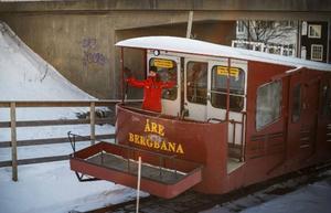 Bergbanan kör, 104 år efter starten, passagerare upp för branten.