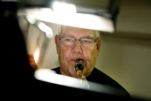 Ulf Råberg musicerar.