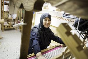 Fatema Faizi ansvarar för att hålla liv i vävstugan.