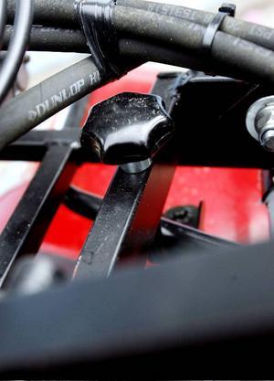 Sex skruvar och några strömkablar fäster ploganordningen på fyrhjulingen.