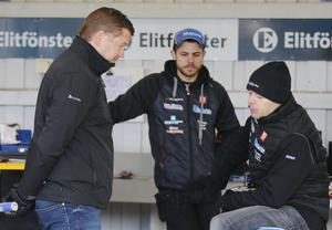 Peter Johansson i samspråk med Bjarne Pedersen inför elitseriepremiären. Pedersen började med en heatseger och körde totalt in åtta poäng från reservplats.