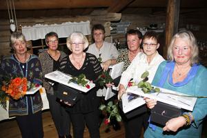 De tackar för sig. Fr.v sjuksköterska Eva-Lis Söderström, undersköterskorna Ingrid Persson, Monika Hansson, Berit Larsson, ekonomibiträde Ingrid Englund, lokalvårdare Ingegerd Aldehag och komvuxlärare Kerstin Wahlman.