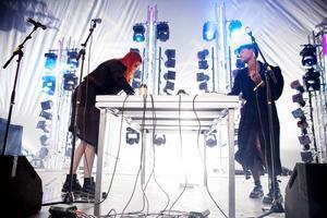 Senast Icona Pop spelade på Storsjöyran var 2012. Då såg det ut såhär. Nu har de blivit ännu större och i år tar de över scenen på Stortorget.