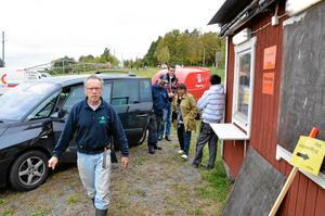 Drabbade arrangörer. Marknadsarrangörerna Leif Wallén och Susanna Herbozo framför marknadskontoret som sprängdes i lördags kväll.
