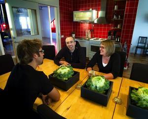 """Vackert lunchrum. Per Hagdahl, Tomas Blijdenstein och Gunilla Tannefors på Bangalore trivs med sitt personalrum där de äter frukost tillsammans varje dag. """"Rymden är det bästa och balkongen på sommaren"""", säger de."""