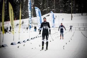 Ingen kunde svara på Håkan Emilssons tempohöjning på sluttampen av loppet och segermarginalen ner till Anton Karlsson blev bekväm.