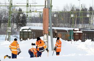 Röjer. Godsbangården i Hallsberg är av vitalt intresse för Sveriges industrier. Nu är den översnöad - men håller på att röjas. FOTO: SCANPIX