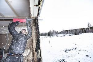 Jens sågar upp större fönster i det kombinerade köket och vardagsrummet.