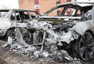 Av bilarna blev det mest metallskrot kvar efter brandens lågor dragit fram över dem.