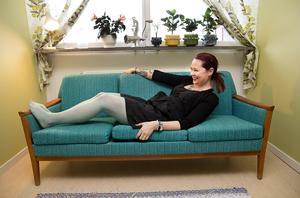1960-talssoffan är Ann-Charlotts favorit och hon skulle gärna byta ut vardagsrummets moderna bäddsoffa mot en liknande, om det fanns plats att sova i den.