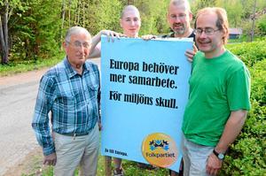 FP satsar extra i Ställdalen. Med start på en riktad valkampanj i Ställdalen idag, lördag, klockan 10. På bilden Björn Johansson, Gideon Bijloo, Henk Bijloo och John Pesonen.