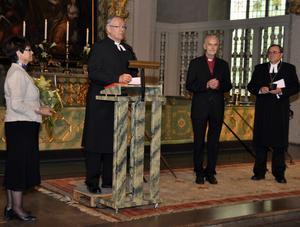 Från vänster står nytillträdde ordföranden i Wallinsamfundet Mona Engberg, avgående ordförande Björn Nordlund, pristagaren Martin Lönnebo och längst bort biskop Thomas Söderberg som överlämnade priset.