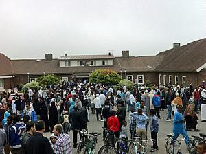 Över 2 000 personer hade sökt sig till Örebro moské på tisdagsmorgonen för att delta i Eidbönen. Alla fick inte plats.