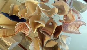 I köket hänger ett tiotal kökshanddukar i taket från olika modegenrer. Vissa är gjorda utav ett gamalt lakan och andra av en säck medans några vävts direkt tills sitt rätta ändamål.