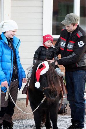 Elin Lundqvist och Peter Dahlin lät dottern Signe få en ridtur på ponnyn Janina.