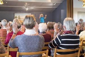 Händerna är en av våra viktigaste kroppsdelar och de behöver också motion, tyckte Birgitta Wallbom och gick igenom ett uppiggande handträningsprogram.